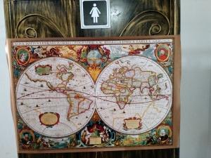Mapas nas porta dos banheiros SomosdoMundo