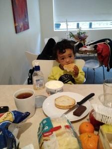 Cauã e seu café da manhã apto Sydney SomosdoMundo